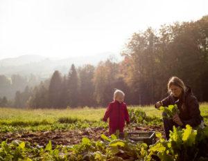 Sandra mit Tochter auf dem Feld