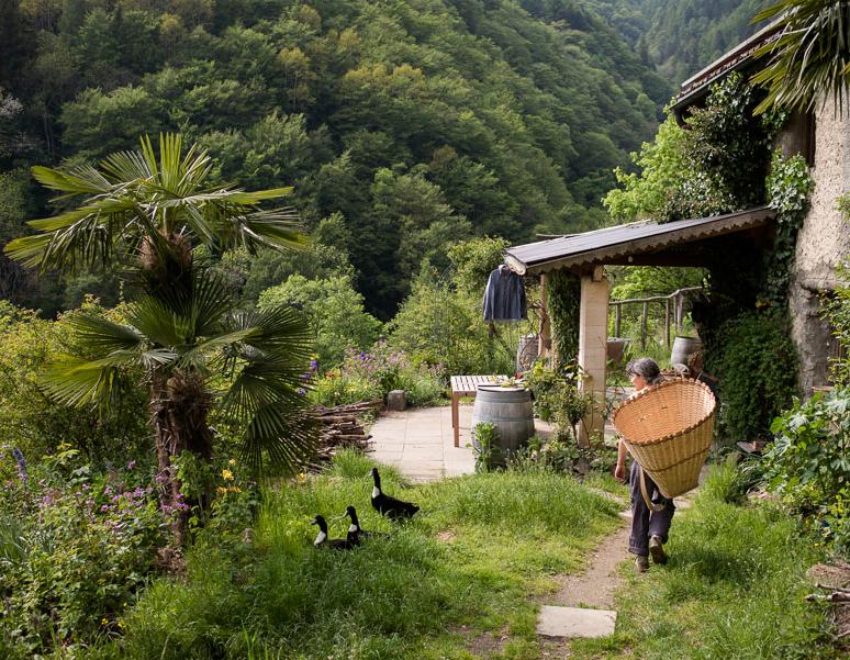 Bäuerin vor Hütte