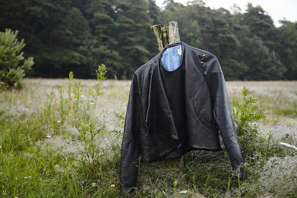 Junge Asiatische Männer Jacke Schauen Weit Voraus Während