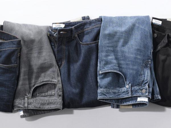 Graue und blaue Jeans liegen nebeneinander