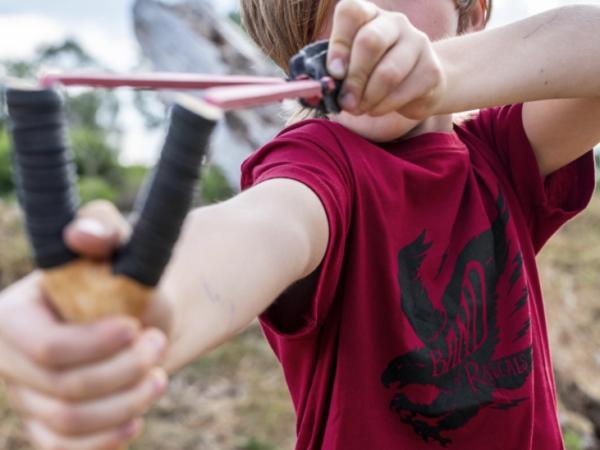 Ein Junge spielt in einem nachhaltige Shirt von Band of Rascals