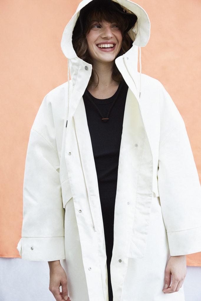 Ein Mädchen mit einer weißen Winterjacke