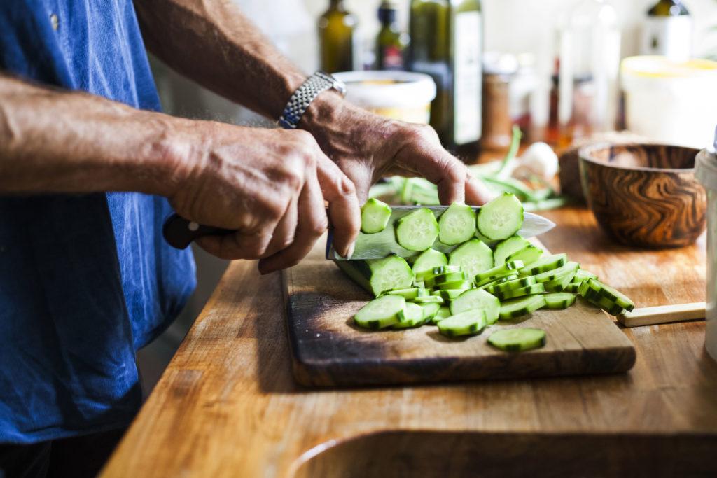 Charles Dowding schneidet Gurken in seiner Küche