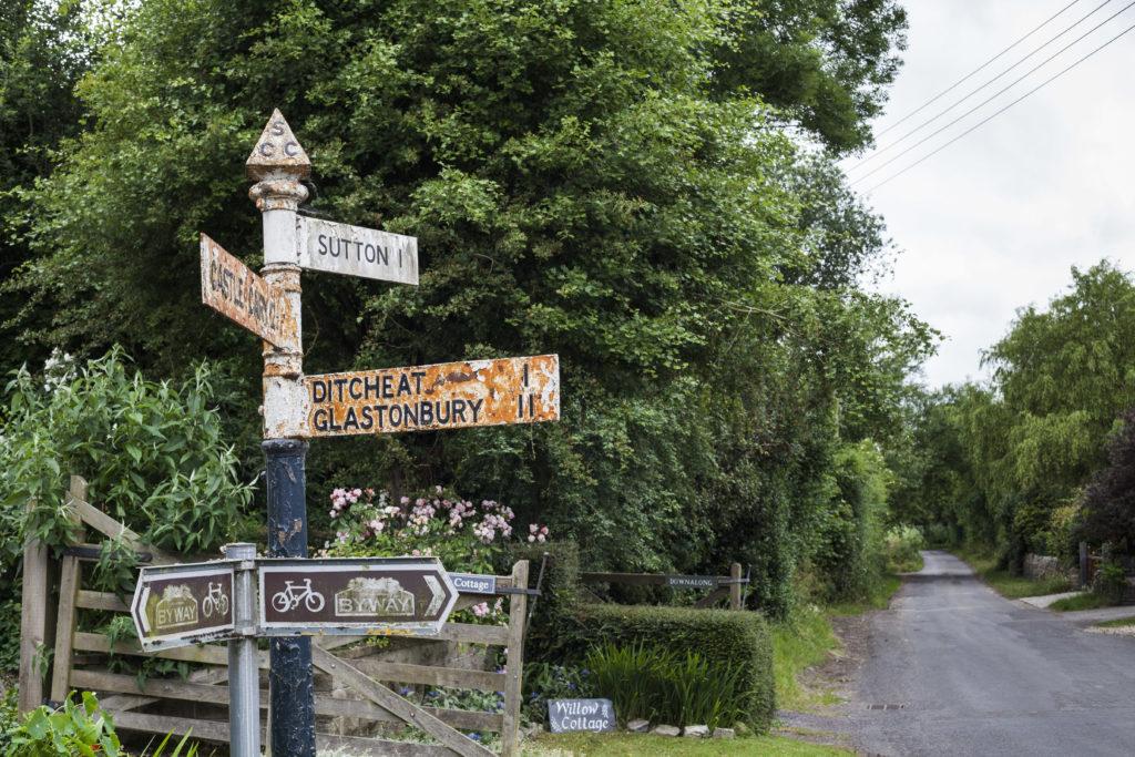 Eine englische Straßenkreuzung auf dem Land
