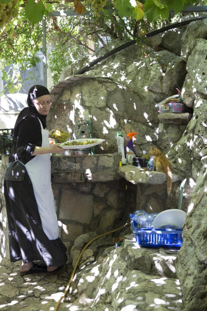 Nonnen ernten Weintrauben. Platz vor der Küche. Kloster Beska.