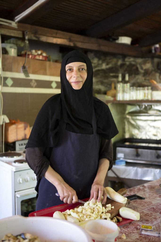 Nonne bei der Zubereitung des Mittagessens. Klosterküche.