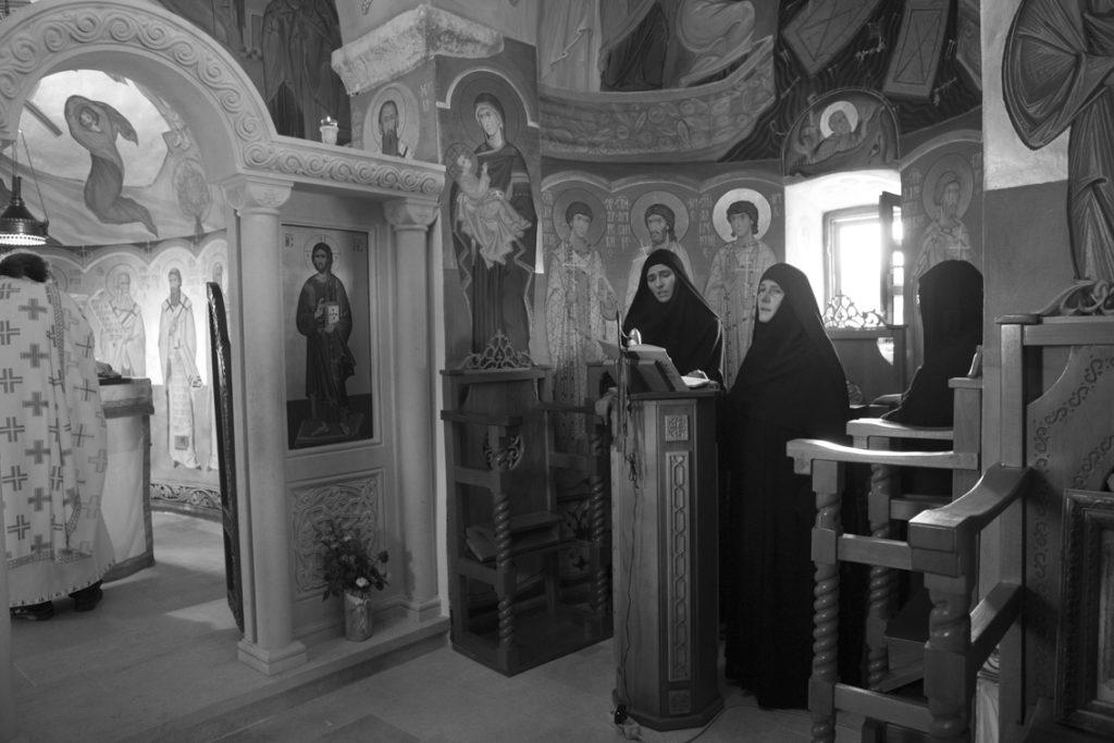 Mutter Fotina in der Mitte in der Kirche, links von ihr Schwester Barbara