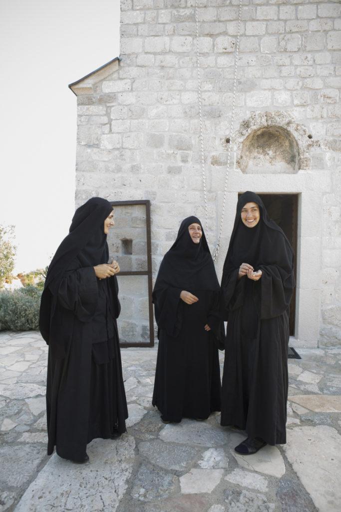 Mutter Fotina in der Mitte vor der Kirche, links von ihr Schwester Barbara