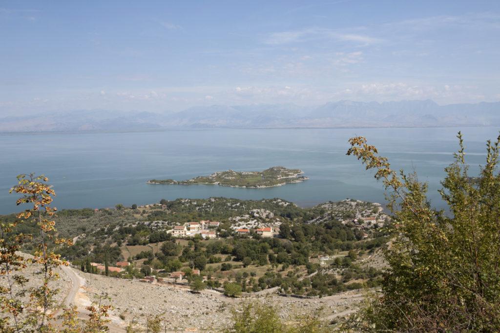 Blick auf den Skutari See und auf das Kloster Beska.
