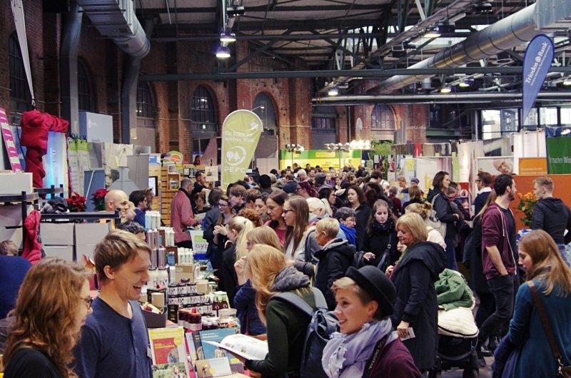 Aussteller und Besucher treffen bei der nachhaltigen Messe Heldenmarkt aufeinander