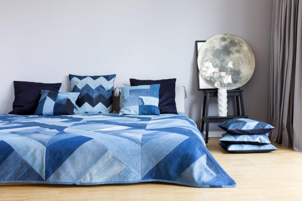 Ein Schlafzimmer mit Bett und blauer Bettwäsche