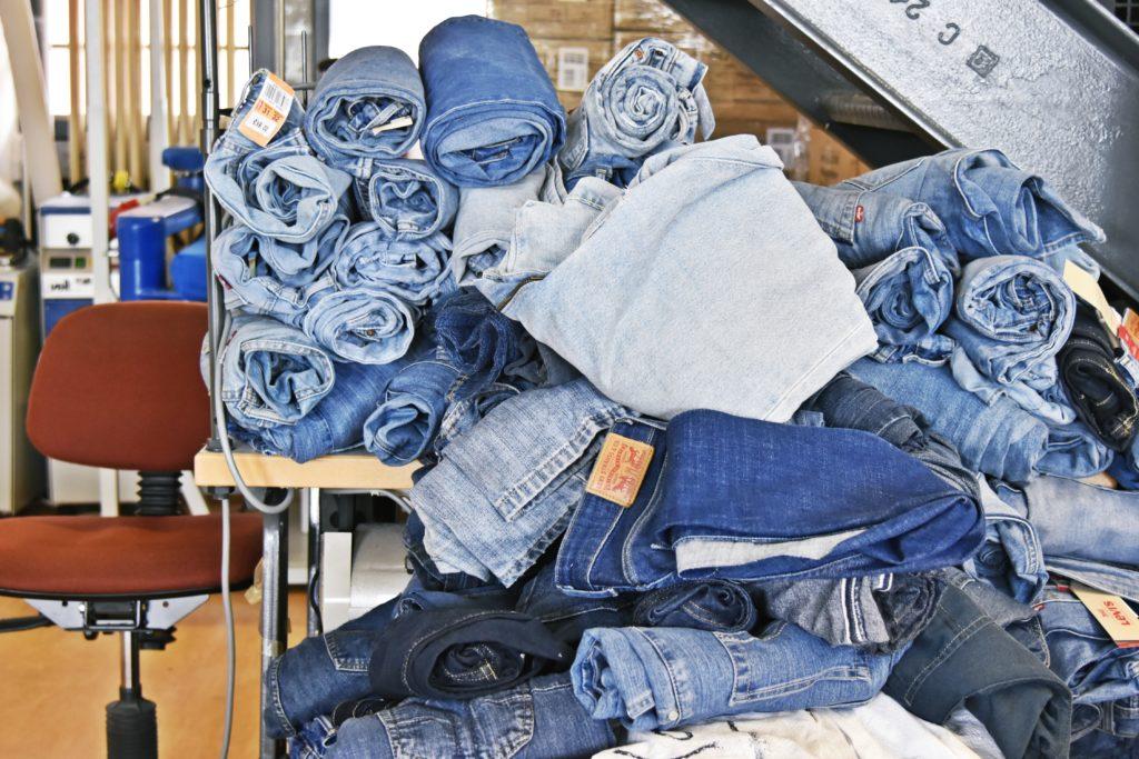 Verschiedene Jeansmodelle liegen nebeneinander