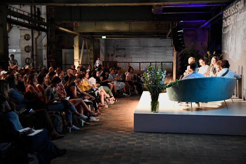 Ein Vortrag auf einer nachhaltigen Modemesse vor Publikum