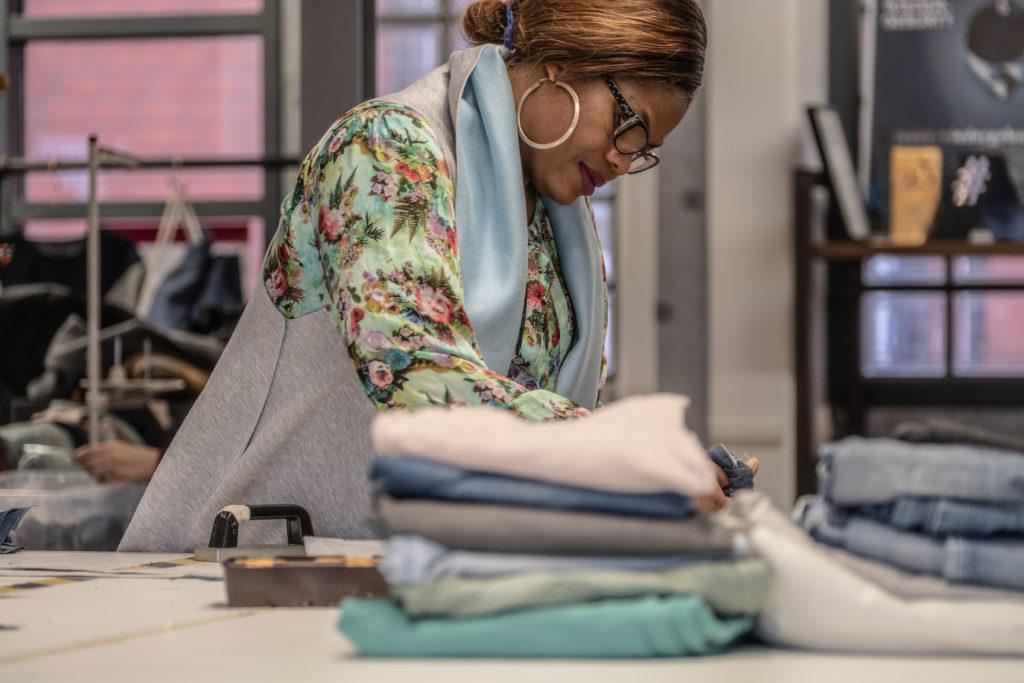 Eine Frau sucht Stoffe aus