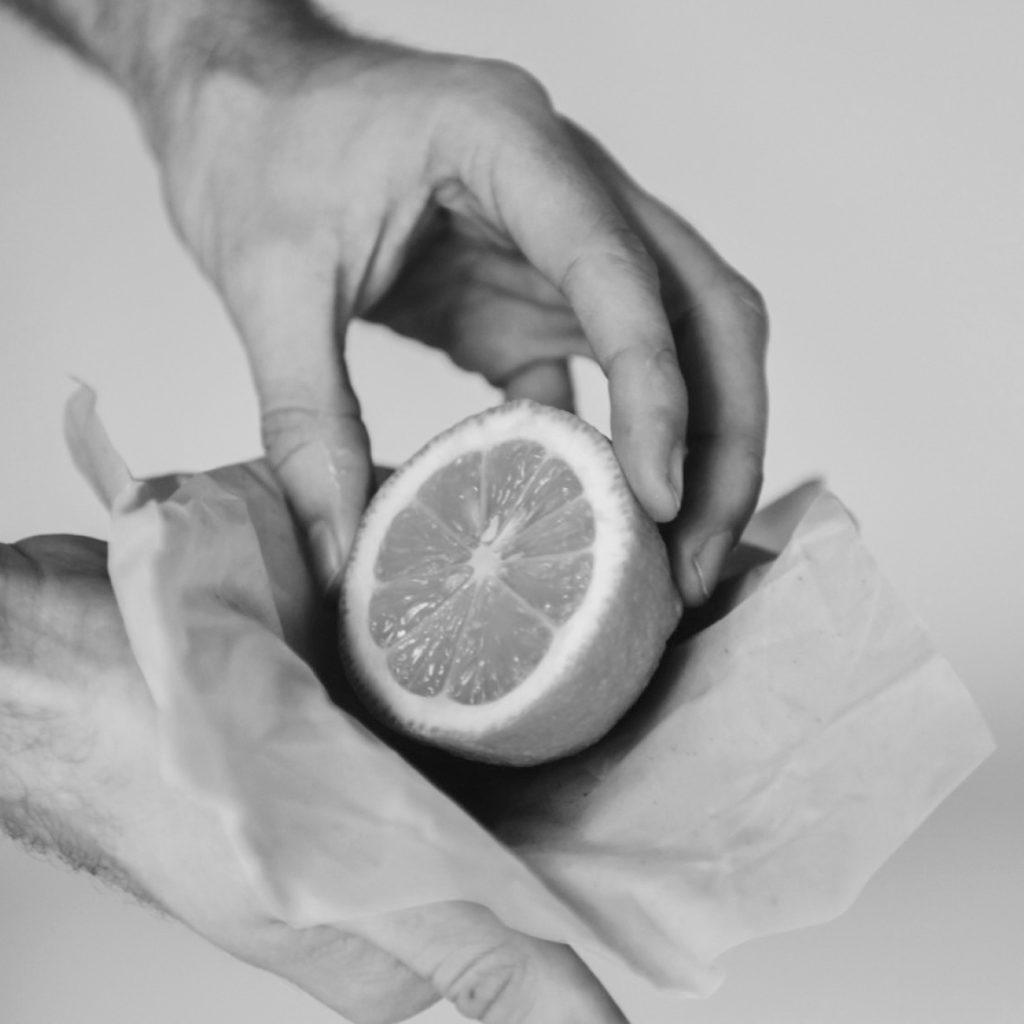 Eine Zitrone wird in einem nachhaltigen Bienenwachstuch von gaia eingewickelt