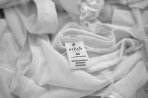 Ein Kleidungsstück von Erlich Textil mit Etikette