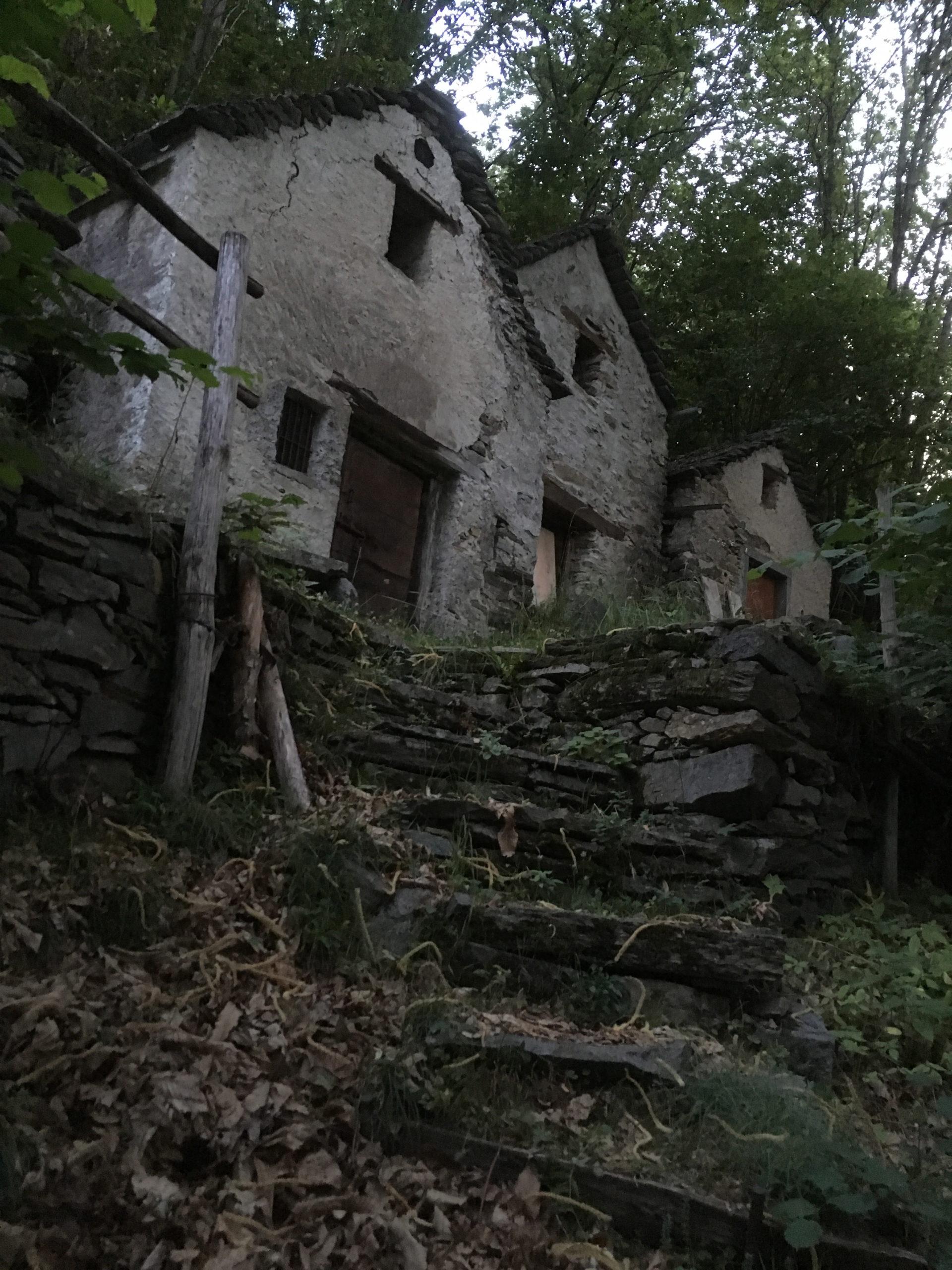 Mehrere Grotti stehen nebeneinander auf dem Hügel