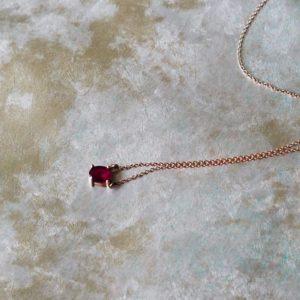 Eine goldene Kette mit rotem Steinanhänger von Vieri Fine Jewellery