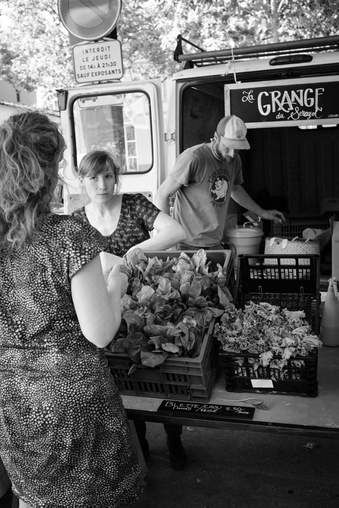 In Albi werden Obst und Gemüse aus einem Auto heraus verkauft