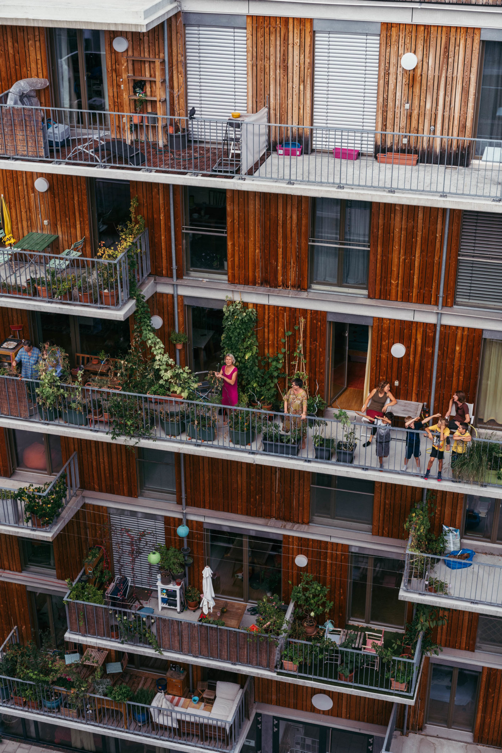 Mehrere Balkone übereinander an einem modernen Wohnhaus