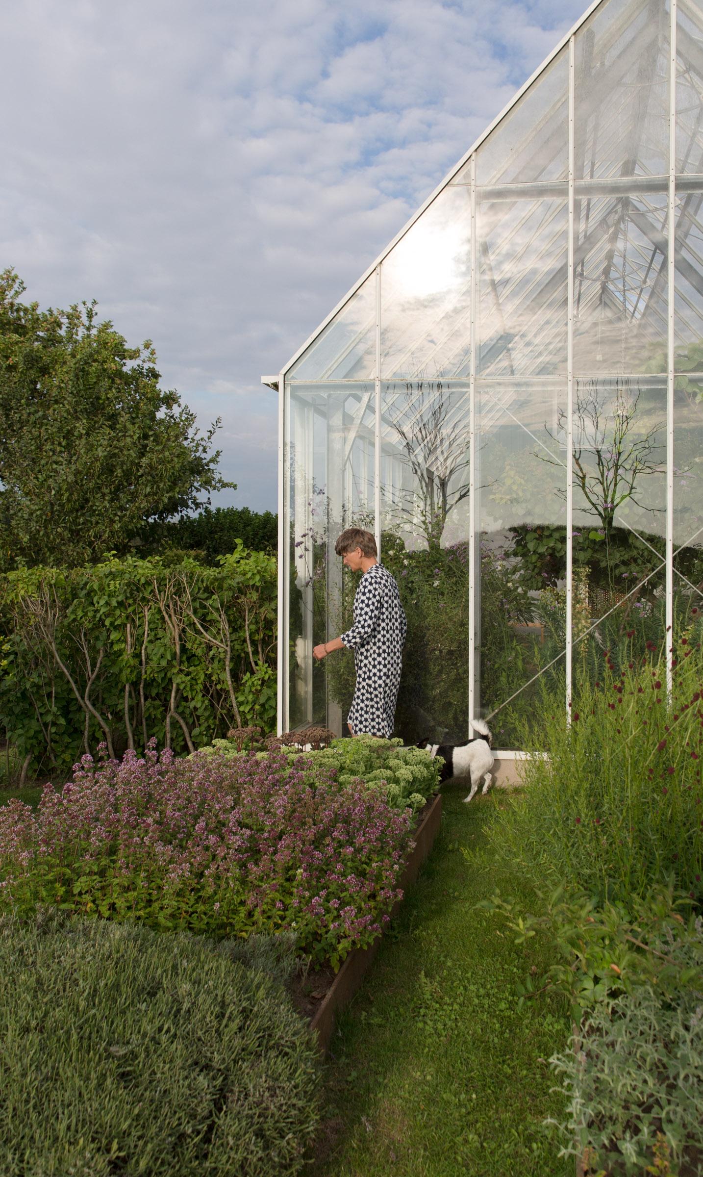 Kille Enna mit ihrem Hund im Garten