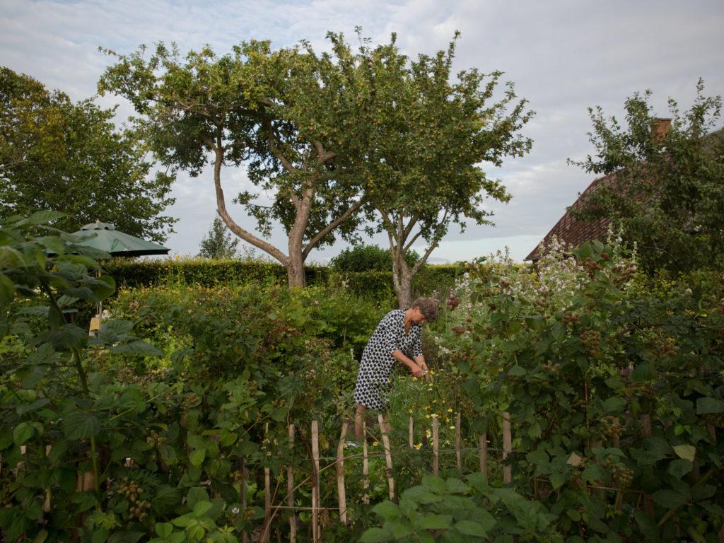Kille Enna arbeitet in ihrem grünen Garten in Schweden