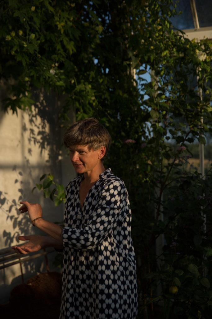 Die Pflanzenforscherin Kille Enna in einem Gewächshaus
