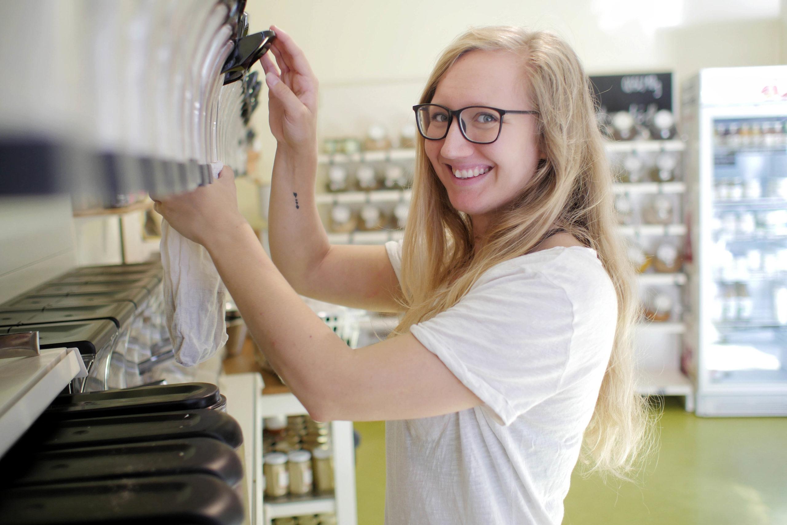 Eine junge Frau in einem verpackungsfreien Supermarkt