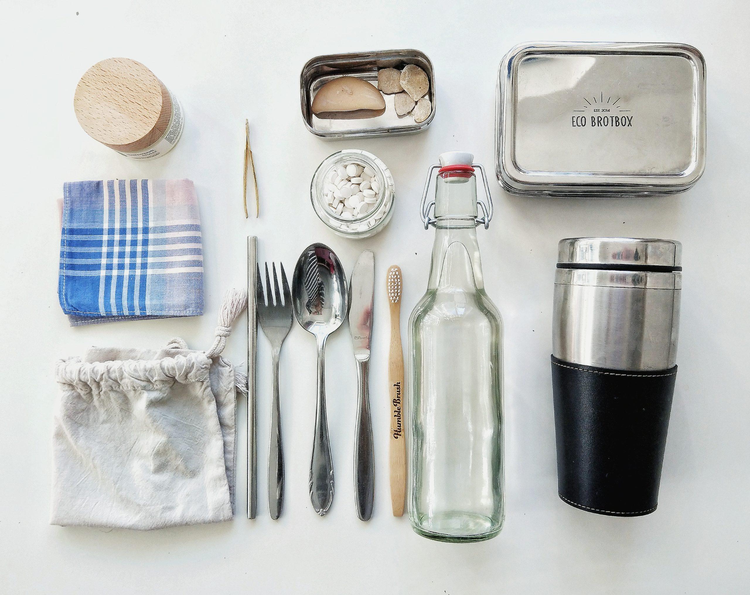 Zero Waste Accessoires wie eine Glasflasche und eine Metallbox