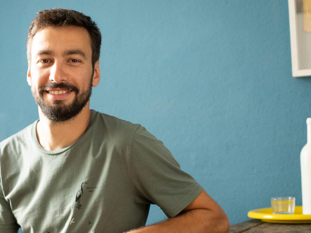 Der Koch Vincent Fricke sitzt in der Küche an einem Tisch