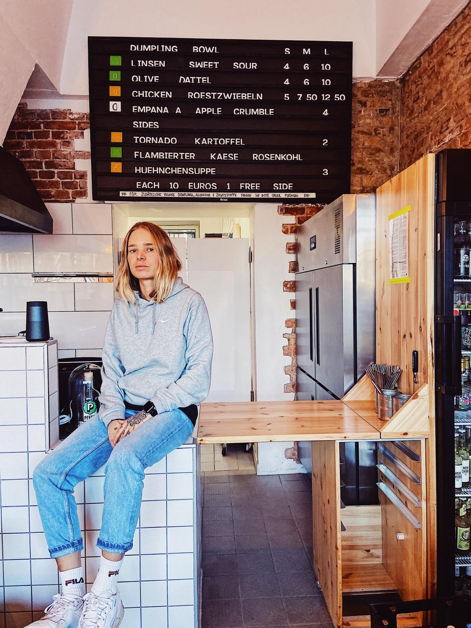 Anna von DingsDums Dumplings in ihrem Laden