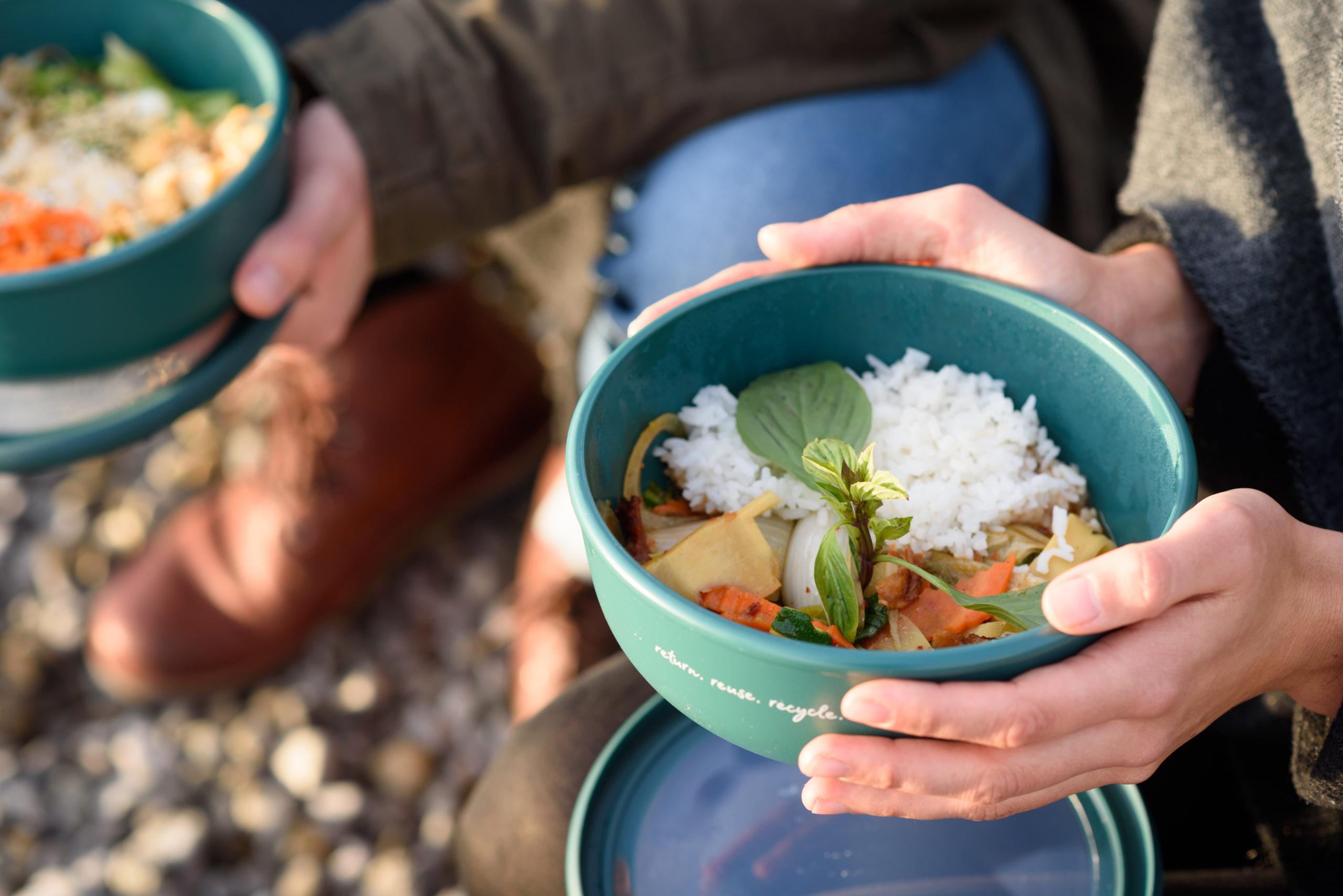 Zwei Menschen essen aus der nachhaltigen Rebowl