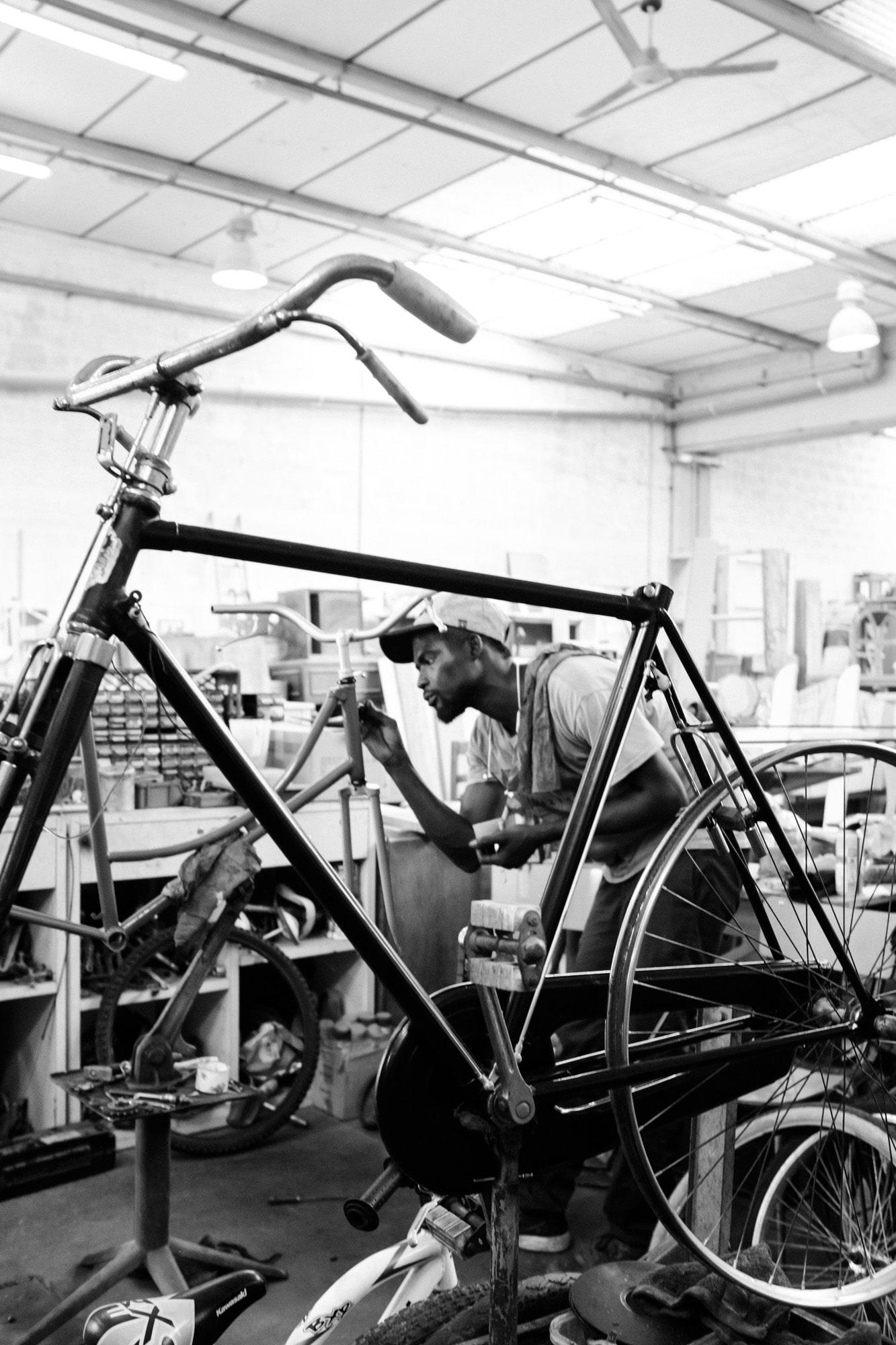 Mann bemalt Fahrrad