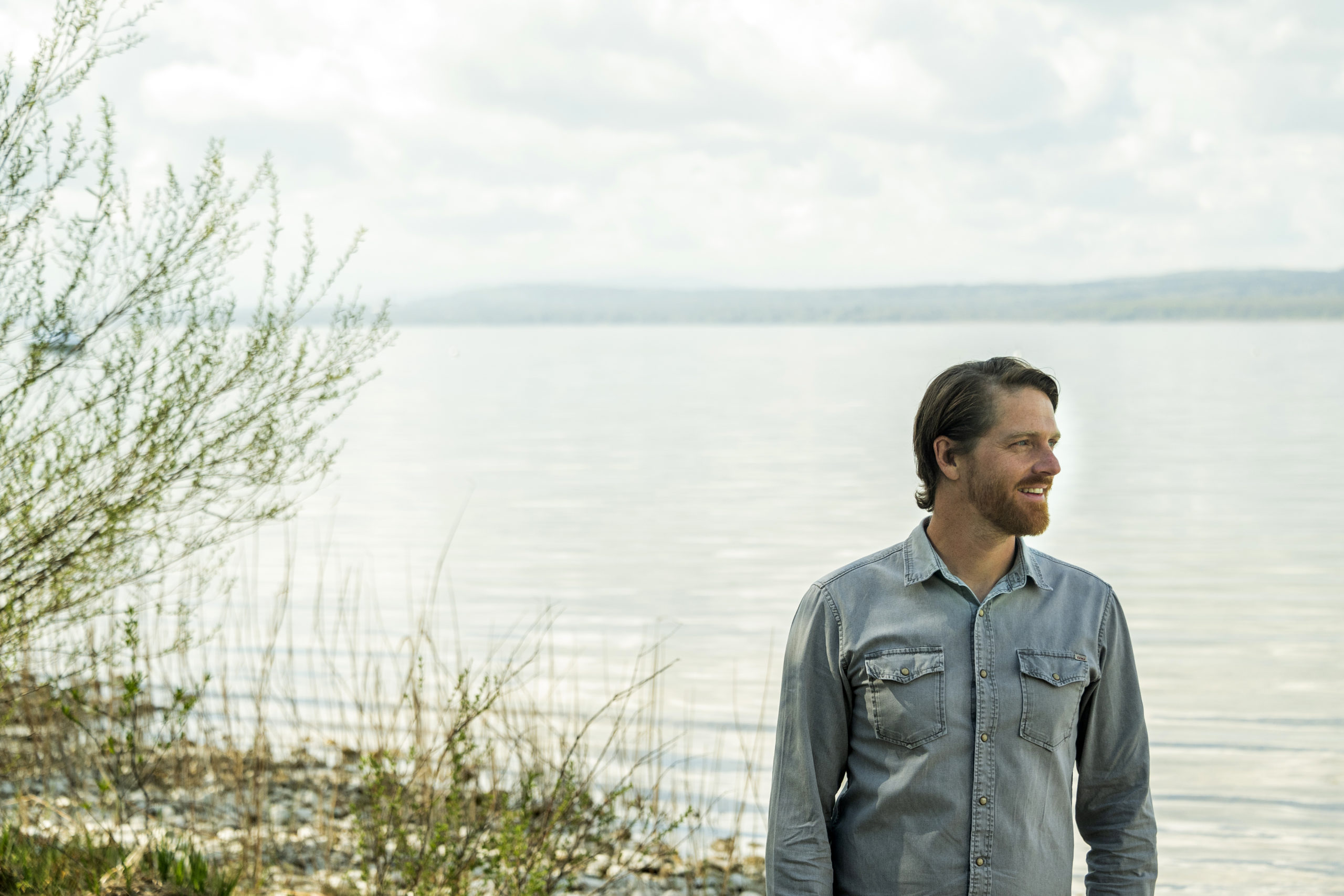 Gründer Sebastian Porkert steht am Ufer vom Ammersee