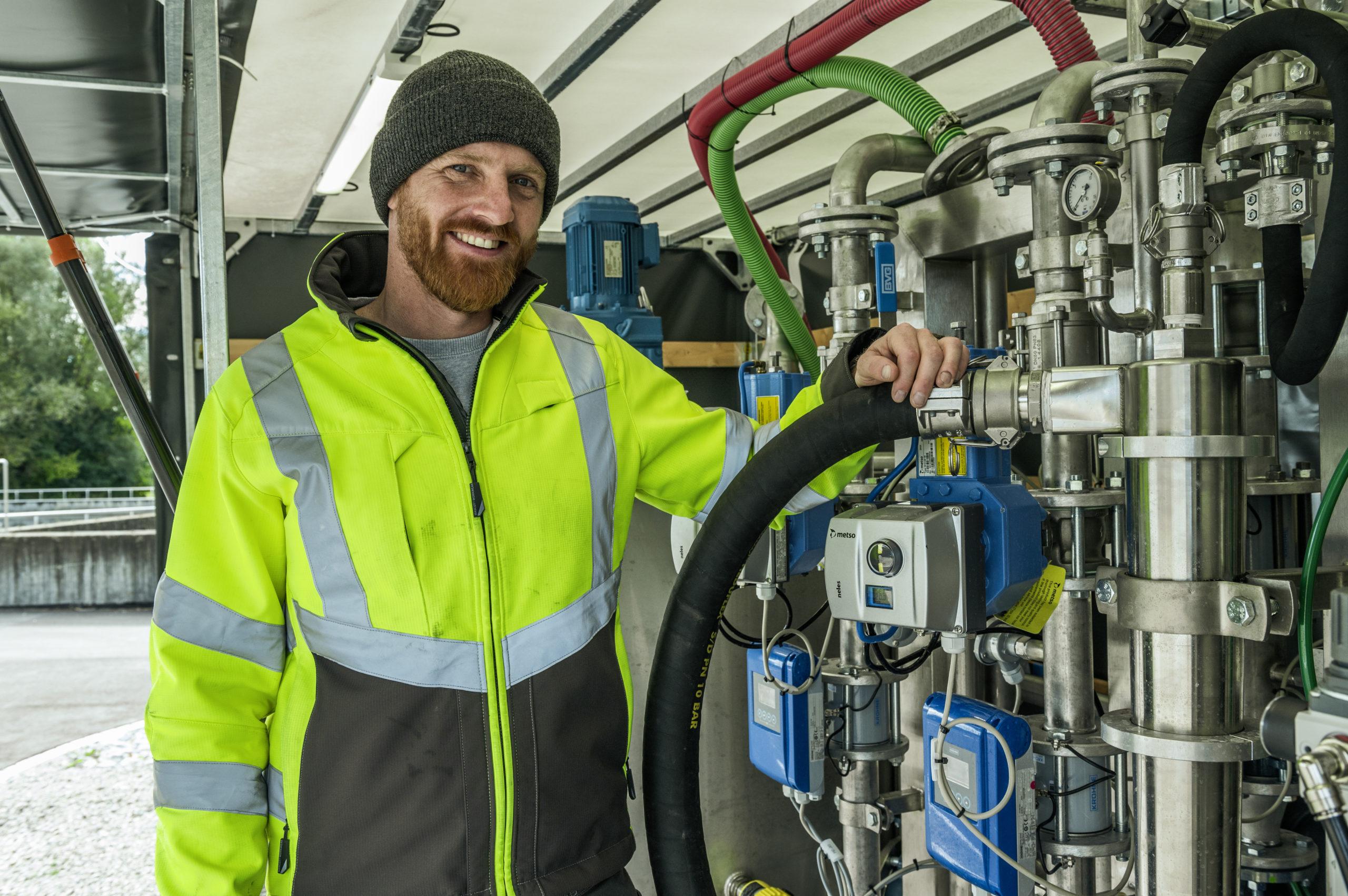 Sebastian Porkert von Ecofario steht neben einer Maschine